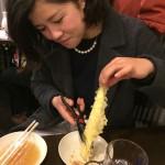 天ぷらをはさみで切る