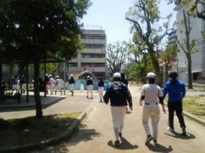 若者は走りに行き、